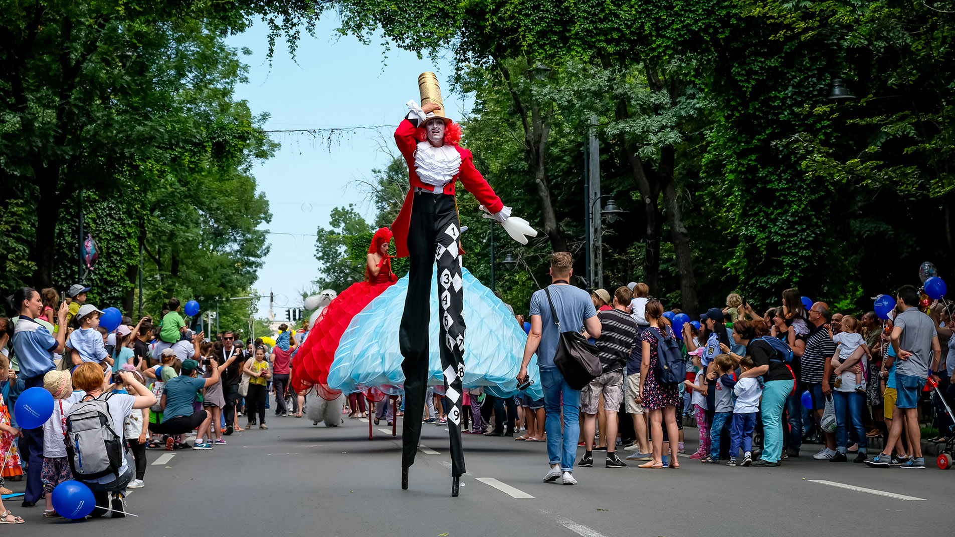 Stelzenläufer bei Strassentheater Festival in Bukarest / stilts walk act at streettheater festival in bucharest